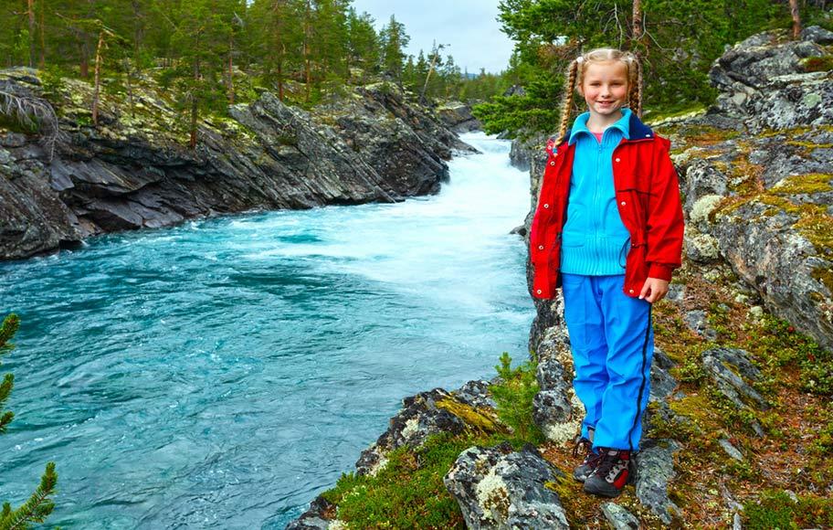 Norwegen Mädchen Fjord Natur Ferien buchen